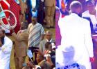 Oskar Wanjala oli rampautunut ja sokeutunut auto-onnettomuudessa. Kun JUMALAN Mies saapui Eldoretin kokoukseen, niin HERRA paransi Oskarin. Hän nousi kävelemään pyörätuolista ja silmät avautuivat! Hän ylisti iloiten HERRAA koko yön!